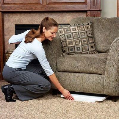 Univerzální skládací stolek lze snadno rozložit a schovat.
