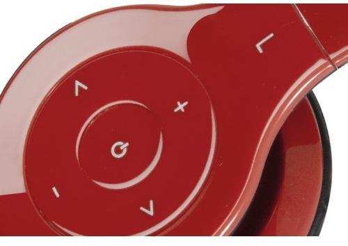 Snadno dostupné multimediální ovládání je umístěno přímo na náušnících.