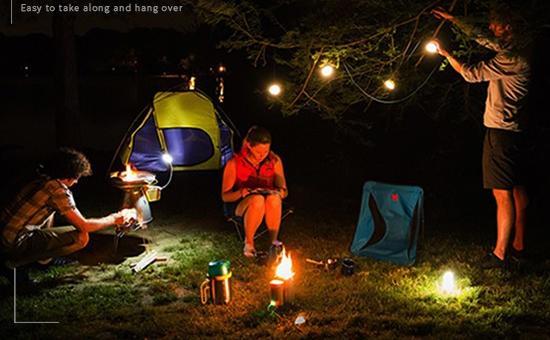 Kromě přenosné nabíječky má taky funkcí, jako venkovní osvětlení, které Vás může doprovázet na dobrodružné cestě, když jste daleko od domova.