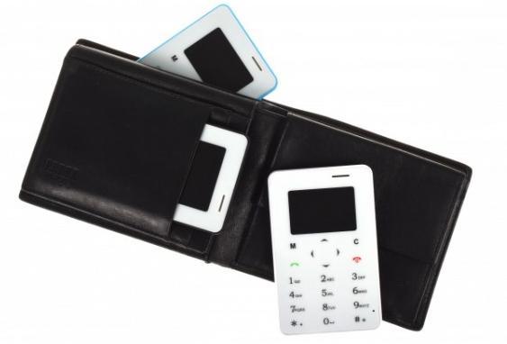 Kreditní telefon - i když to není smartphone, tyto ultra-tenké přenosné mobilní telefony přicházejí se základními funkcemi mobilního telefonu s GSM připojení. Jejich konstrukce podobné velikosti kreditní karty Vám umožní výhodné pro cestování, nebo také pro použití jako sekundární mobilní telefon.