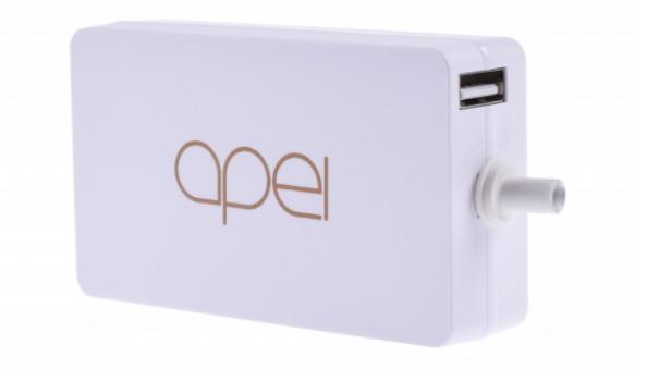 Speciální alternativní nabíječka Apei do zásuvky 230V v elegantním bílém provedení.