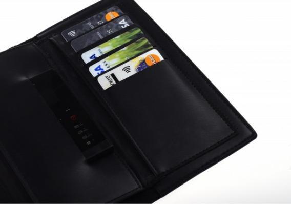 Tento slim telefon Vám umožní ovládání chytrého smartphonu pres bluetooth - díky speciální aplikace (například focení pomocí Card-phonu atd.). Zajisté oceníte také zabudovanou paměť 8GB, FM a krokoměr a to vše v elegantním Metal Slim tělu.