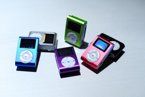 Kovové MP3 přehrávače s displejem a klipem v různých barvách na www.MP3naMiru.cz