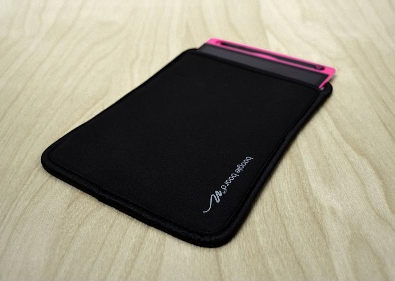 Ochranný obal přesně navržený pro grafický tablet BoogieBoard New Jot 8,5 skvěle odpovídá Vašemu životnímu stylu na cestách, ve skladech apod.