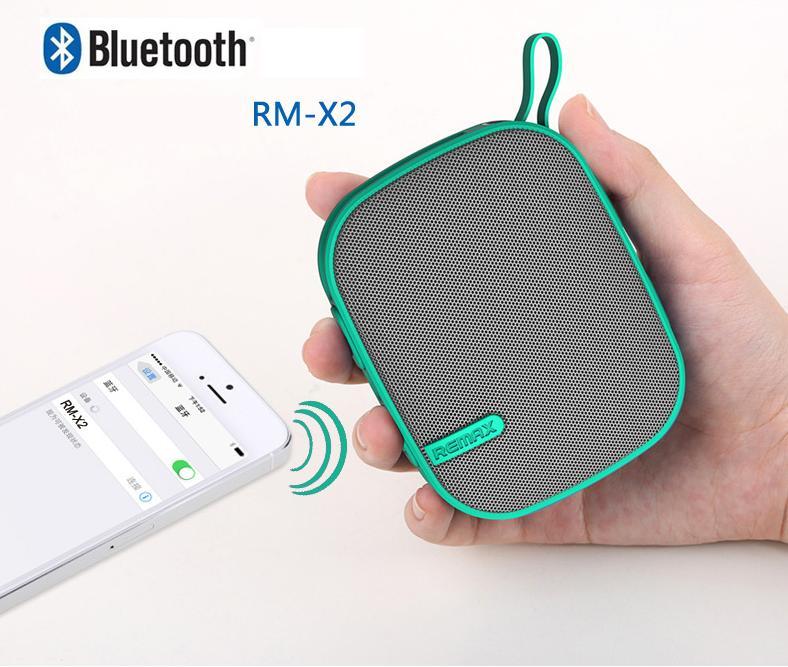 Zdrojové médium k repráčku můžete připojit bezdrátově pomocí technologie Bluetooth, nebo s využitím klasického 3,5mm stereofonního konektoru. Integrovaný mikrofon rozšiřuje použitelnost o volání handsfree a konferenční hovory.