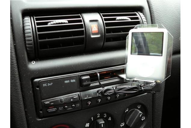Kazetový adaptér je originálním pomocníkem do starších aut pro přístup k mp3. Máte-li staré auto, do kterého se Vám nechce investovat, a přesto byste chtěli poslouchat mp3 skladby z přehrávače nebo telefonu, tento adaptér je vaší záchranou. Stačí vložit kazetu do přehrávače a zdroj signálu připojit na konec adaptéru.